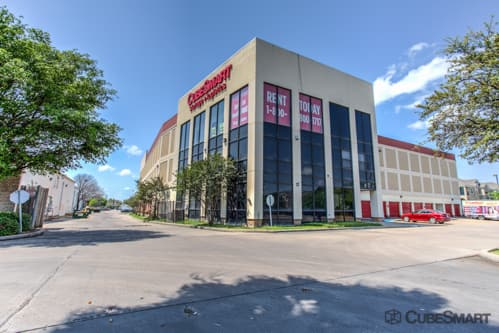 Exterior of multi-story CubeSmart Self Storage facility 8252 Westheimer Road