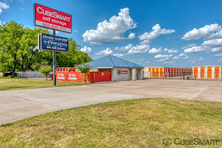 Exterior of CubeSmart Self Storage facility in Taylor, TX