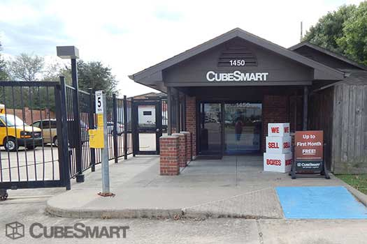 Entrace to CubeSmart at 1450 Highway 6